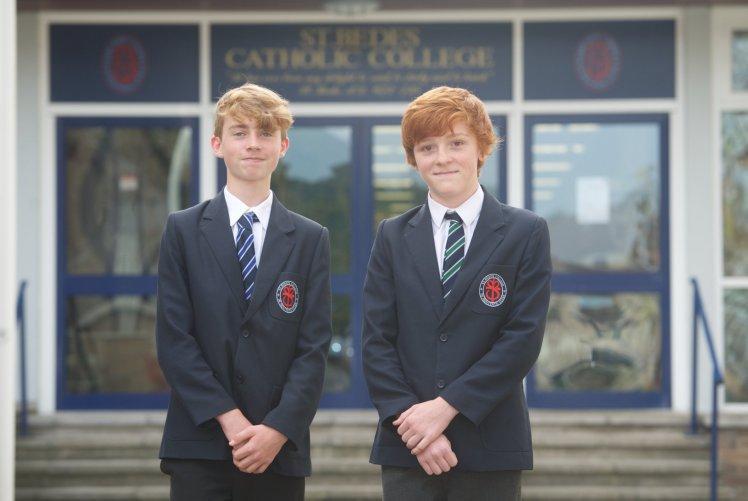 2 thần đồng 14 tuổi có IQ cao hơn ông hoàng vật lý Hawking