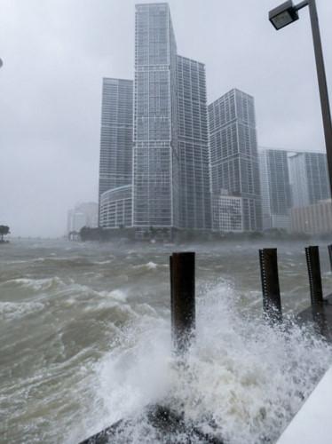 Ảnh: Bão tử thần Irma đổ bộ lên Florida, gây thương vong cho người Mỹ