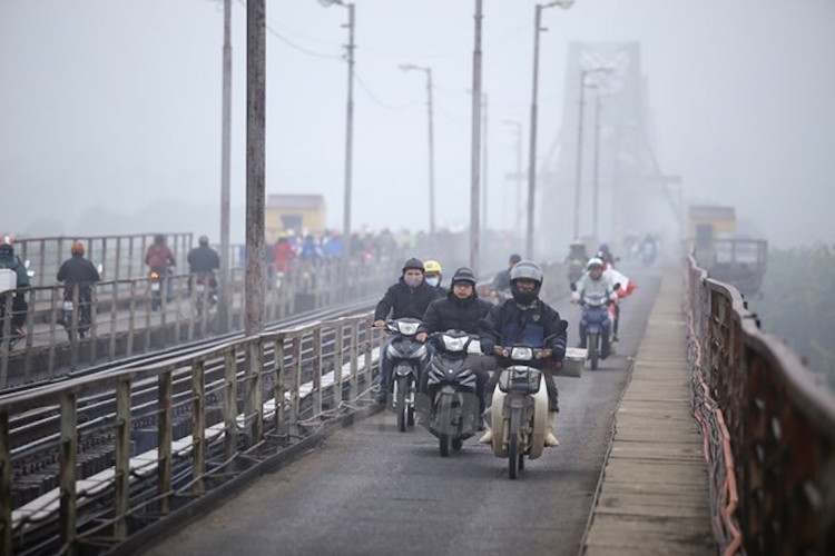 Áp thấp xuất hiện gần Biển Đông, miền Bắc có mưa rải rác