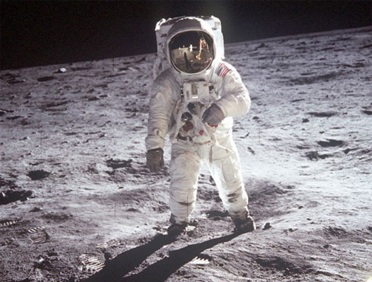 Bất ngờ với nơi sản xuất ra bộ đồ du hành vũ trụ củaNeil Armstrong
