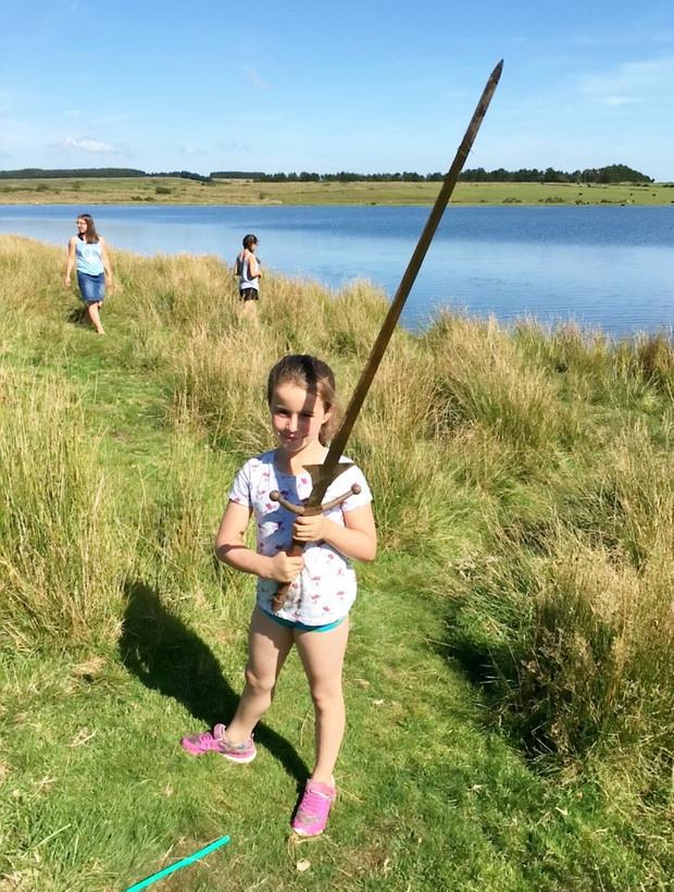 Bé gái phát hiện thanh gươm báu vật được đồn là của vua Arthur