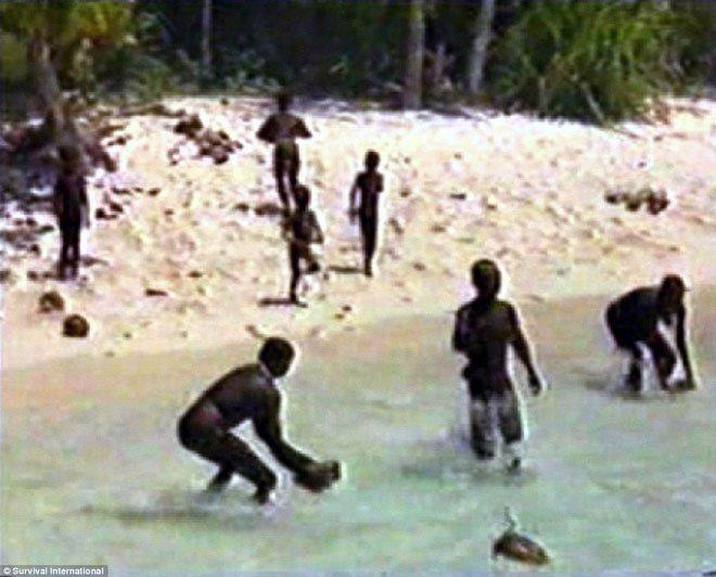 Bí ẩn bộ lạc tự cô lập với thế giới bằng cách... giết người lạ