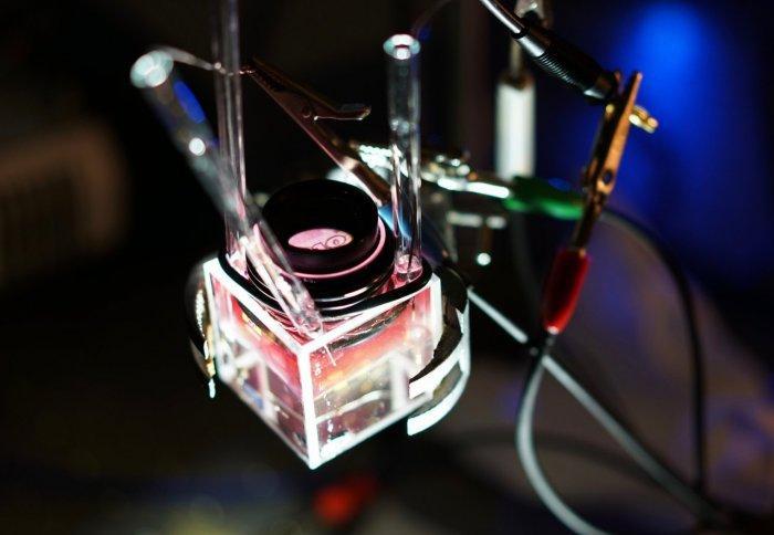 Biến lớp vàng nano trong suốt thành gương phản chiếu chỉ bằng một dòng điện