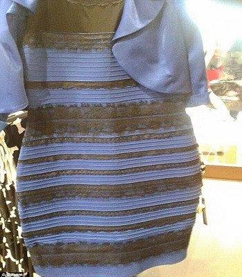 Bộ quần áo và đôi dép có màu sắc gây tranh cãi
