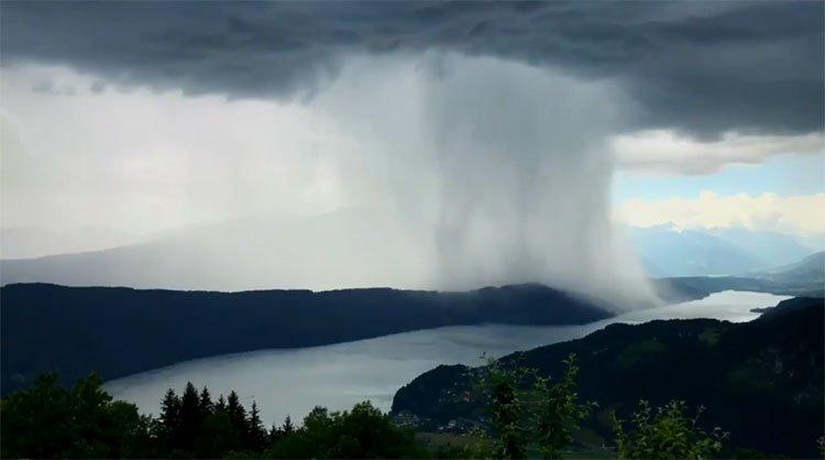 Bom mưa trút hàng tấn nước lên mặt hồ Áo