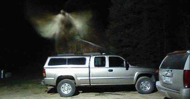 Bức ảnh thiên thần lơ lửng trên xe gây xôn xao