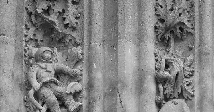 Bức điêu khắc phi hành gia trong nhà thờ từ thế kỷ 12 - bằng chứng của xuyên không?