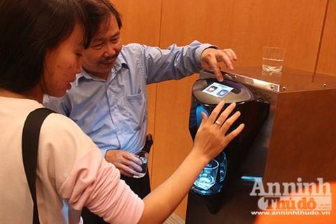 Cận cảnh máy sản xuất nước từ không khí lần đầu tiên xuất hiện ở Hà Nội