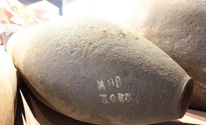 Cận cảnh quả bom ở chân cầu Long Biên nặng 1350kg vừa được huỷ nổ