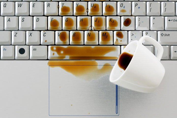 Cần làm gì khi bạn lỡ tay đổ nước lên laptop?