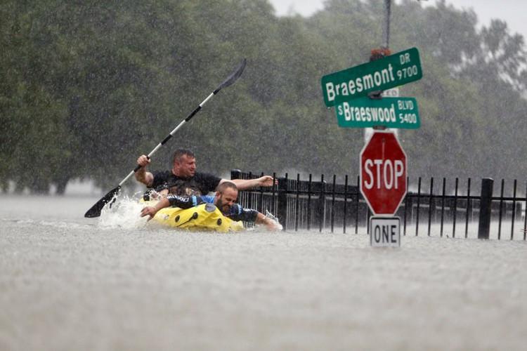 Cảnh tượng ngập lụt khủng khiếp ở nước Mỹ sau khi siêu bão Harvey đổ bộ