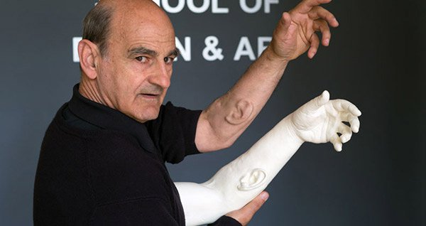Cấy tai nhân tạo lên cánh tay để tạo ra một thiết bị nghe công cộng