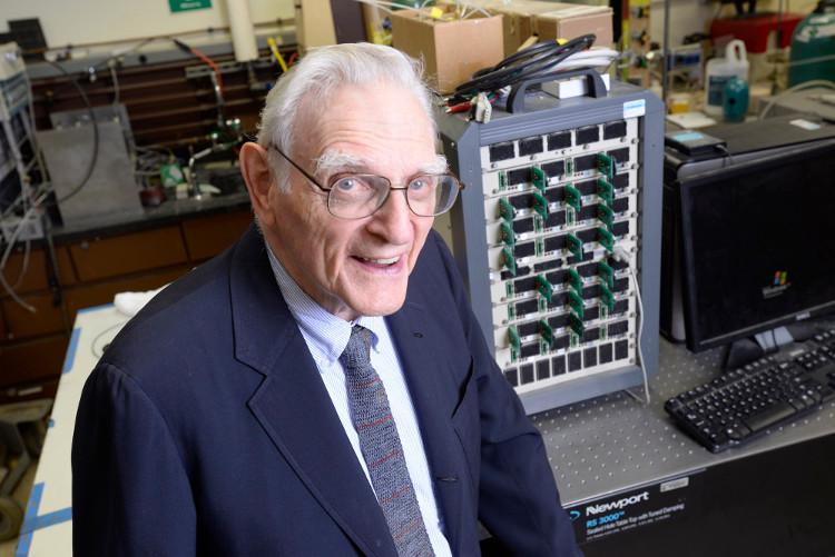 Cha đẻ pin Lithium công bố đột phá mới, ứng dụng tuyệt vời cho pin di động và xe hơi