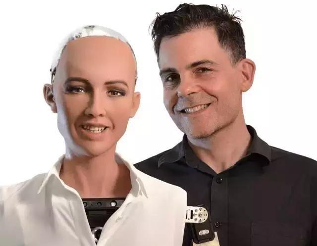 Cha đẻ robot Sophia: con người sẽ kết hôn với người máy năm 2045