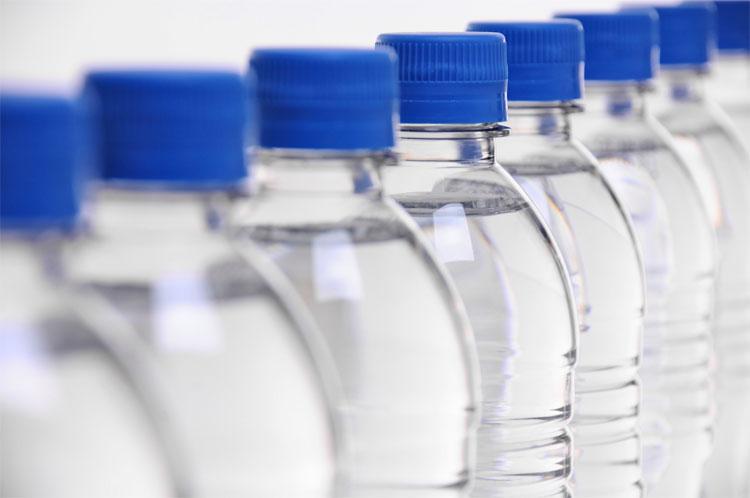 Chai nhựa thông minh thay đổi màu sắc khi nước hết hạn
