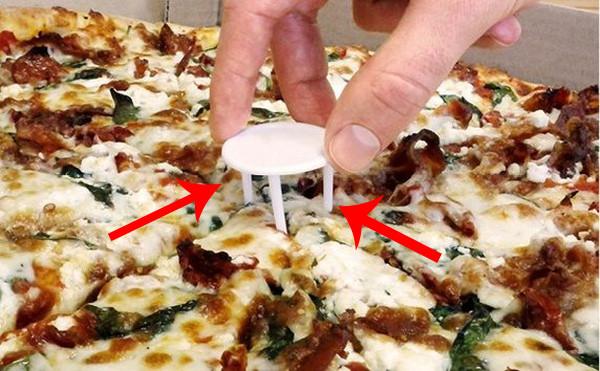 Chiếc kiềng 3 chân này trong mỗi hộp pizza dùng để làm gì?