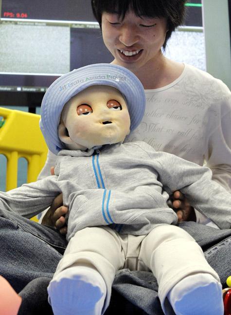 Chú robot bé con giống hệt người thật