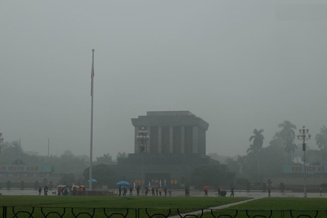 Chùm ảnh: Gần trưa, Hà Nội mờ ảo trong sương mù dày đặc