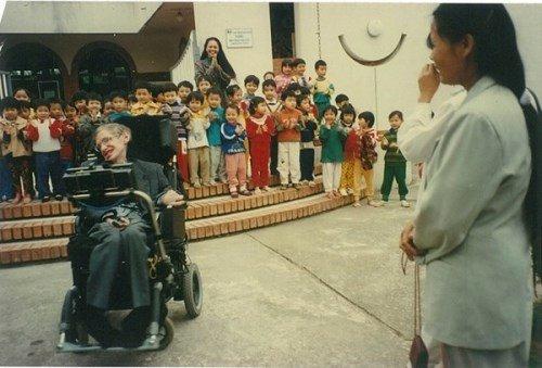 Chuyện ít biết về con gái nuôi người Việt của nhà bác học Stephen Hawking