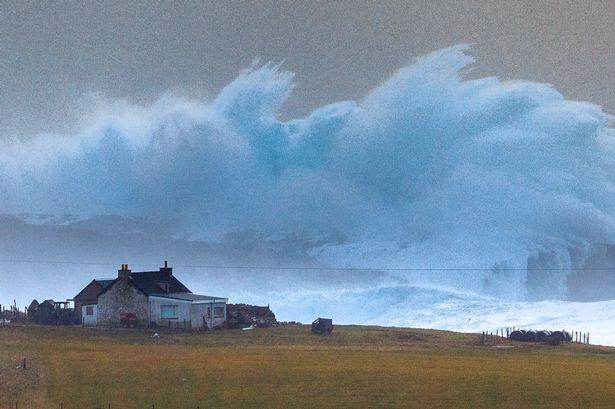 Cột sóng cao hơn 14m đóng băng ngoài bờ biển Anh