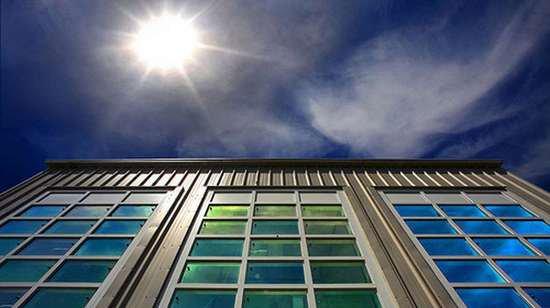 Cửa sổ thông minh kiểm soát ánh sáng và nhiệt bên trong tòa nhà