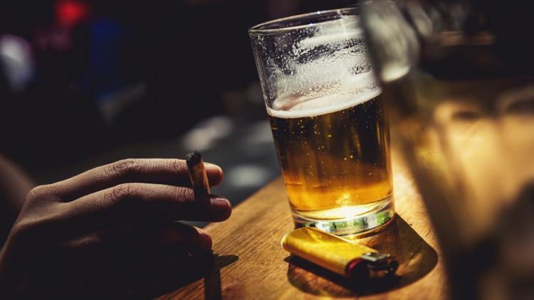 Đây là lý do vì sao rất nhiều người hút thuốc khi đang uống rượu