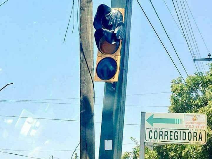 Đèn giao thông bị nung chảy trong nắng nóng 50 độ C ở Mexico