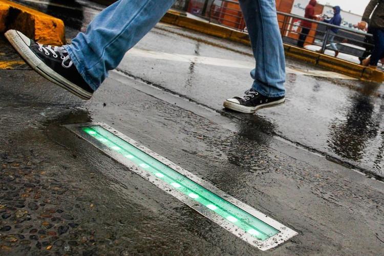 Đèn giao thông cảnh báo người nghiện điện thoại di động