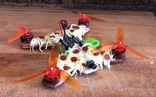 Drone làm từ pizza bay lượn trên bầu trời không khác gì máy bay thực thụ