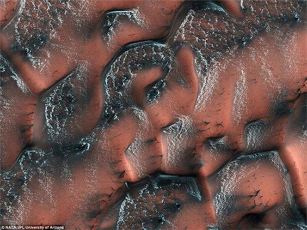 Đụn cát màu xanh bí ẩn trên sao Hỏa