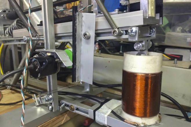 Giáo sư người Chile chế tạo thiết bị sạc điện thoại bằng động đất