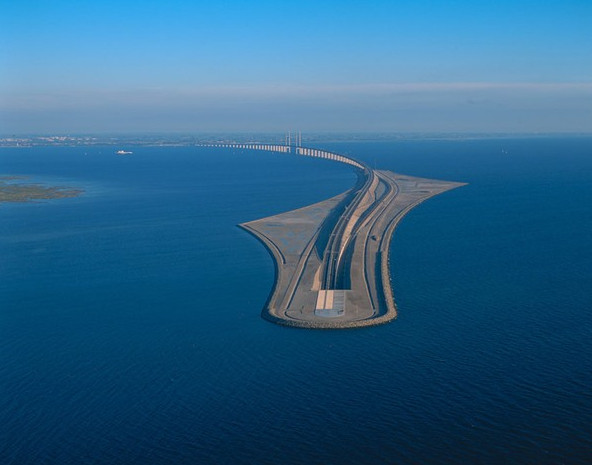 Giật mình với cây cầu biến mất giữa biển
