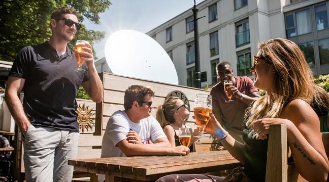 Gương thần giúp người Anh uống bia ngon hơn