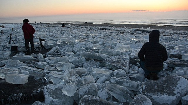 Hiện tượng hiếm gặp: Hàng ngàn viên đá quý trải khắp bờ sông ở Nhật