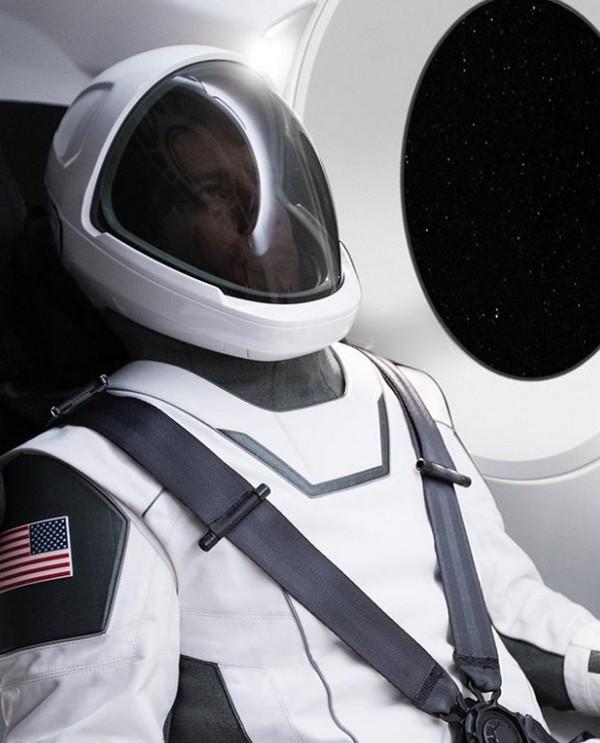 Hình ảnh đầy đủ bộ đồ phi hành gia vũ trụ của SpaceX