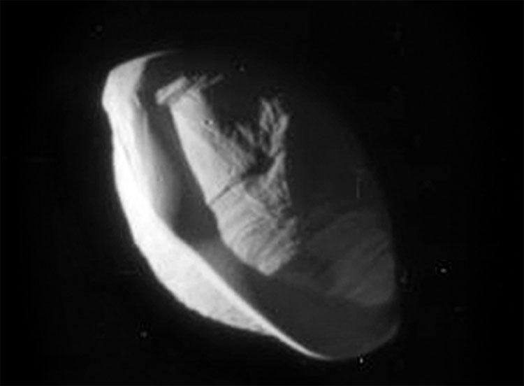 Hình ảnh rõ nhất về vệ tinh giống UFO của Sao Thổ
