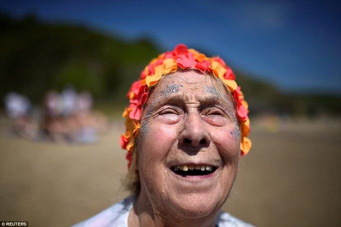 Hơn 2.500 phụ nữ tắm biển khỏa thân lập kỷ lục Guinness