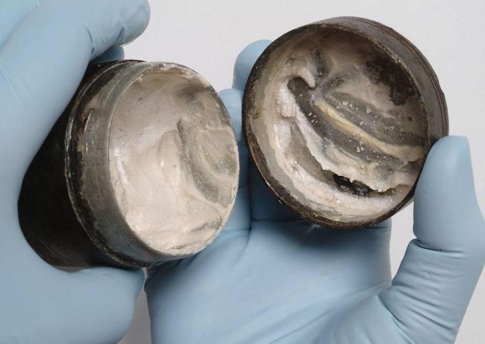 Hộp kem dưỡng trắng da 2.000 năm tuổi ở Anh