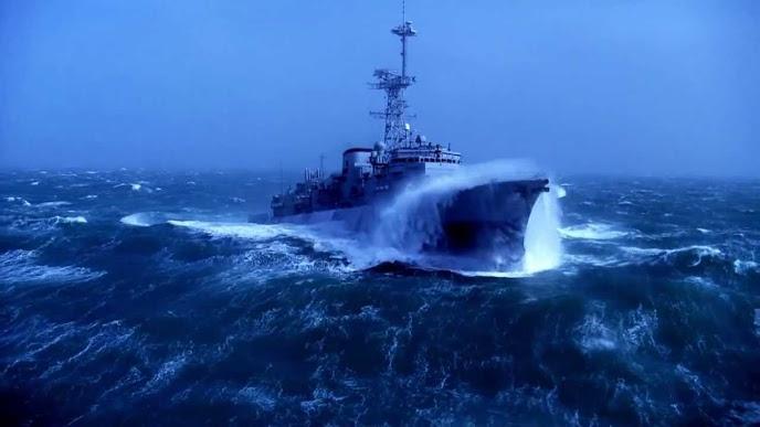 Khi tàu chiến hiện đại đối đầu với... bão biển
