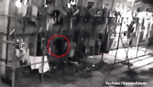 Khóc thét khi thấy bóng đen lơ lửng đi xuyên tường trong trại giam