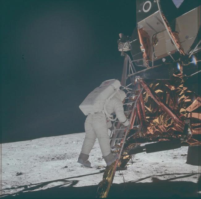 Khung cảnh hạ cánh xuống Mặt Trăng tạo thành từ hàng ngàn bức ảnh chụp