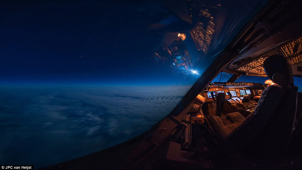Khung cảnh huyền ảo của Trái đất nhìn từ buồng lái máy bay