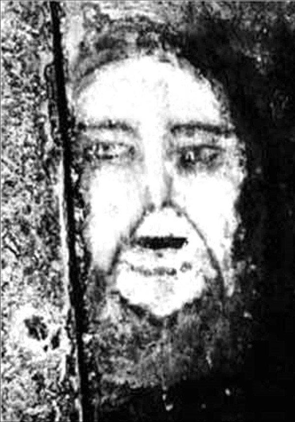 Khuôn mặt ma quái biết ẩn hiện trên sàn nhà