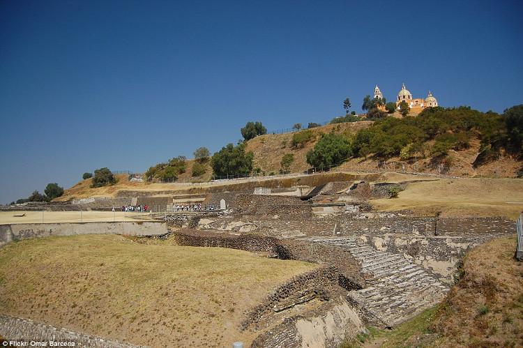 Kim tự tháp lớn nhất thế giới dưới chân nhà thờ Mexico