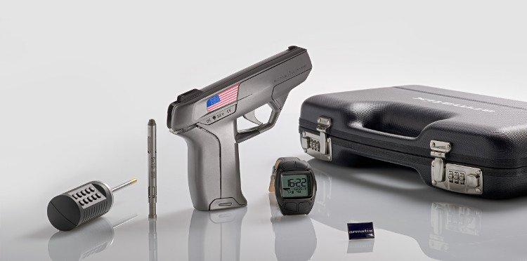 Kinh ngạc khẩu súng chỉ bắn được khi đặt cạnh đồng hồ