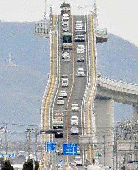 Lái xe can đảm mới dám đi qua cây cầu dốc đứng nhất thế giới này