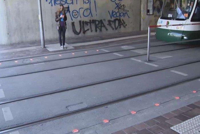 Lắp đèn giao thông dưới đất cho người nghiện điện thoại