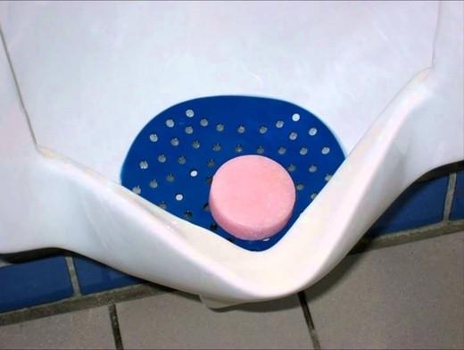 Lí do cho đá lạnh vào bồn cầu toilet nam không phải ai cũng biết