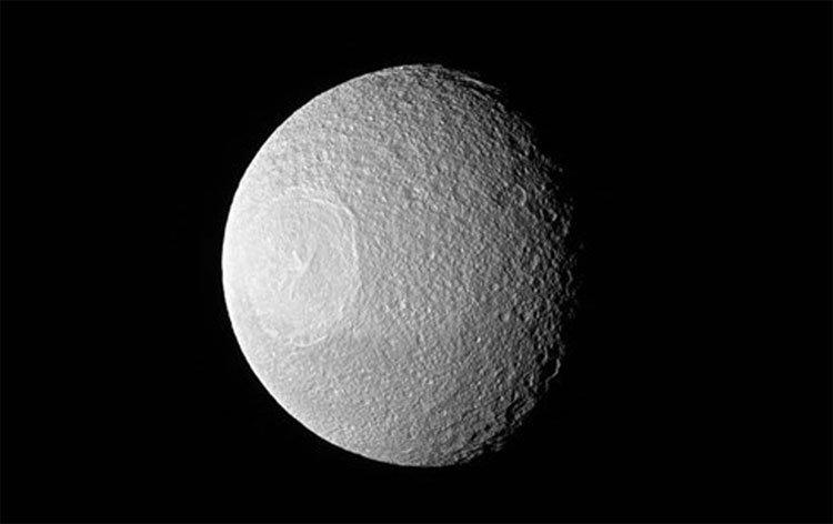 Lộ ảnh mới về mặt trăng đồng tử Tethys của Sao Thổ