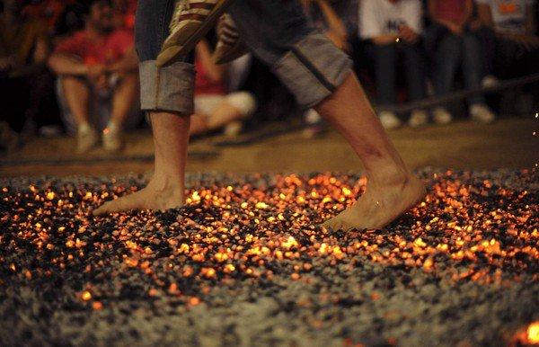 Lý do bạn vẫn bình yên khi đi chân trần trên thủy tinh, than hồng